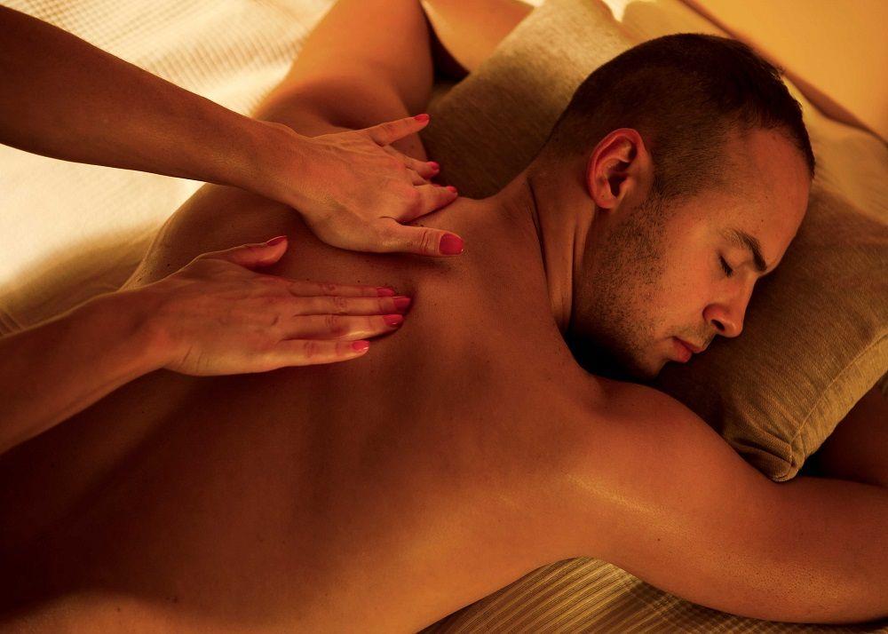 Правильная техника эротического массажа спины